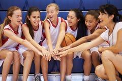 Тренер женской баскетбольной команды средней школы дает беседу команды стоковое фото rf