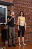 Тренер инструктирует брюнет спорта стоковое изображение
