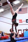 Тренер и спортсмен гимнастики делая акробатику Стоковые Фотографии RF