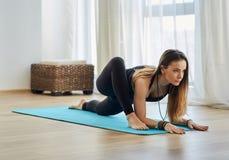 Тренер йоги в asana Стоковые Фотографии RF