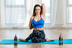 Тренер йоги в gomukhasana Стоковое фото RF