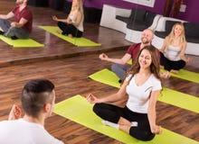 Тренер показывая к позиции йоги учащийся Стоковое фото RF