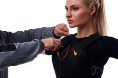 Тренер помогает прикрепить ems Стоковое Фото