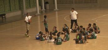 Тренер по баскетболу и его команда стоковая фотография rf