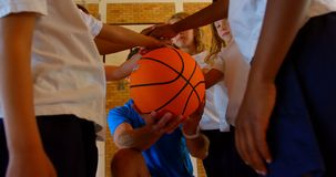 Тренер по баскетболу и schoolkids формируя стог руки в баскетбольной площадке 4k сток-видео