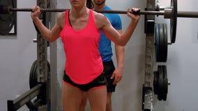 Тренер пятная вес женщины поднимаясь видеоматериал