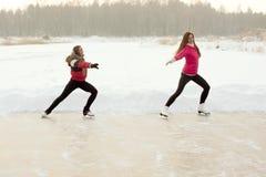 Тренер фигурное катание с подмастерьем практикует на замороженном озере Стоковое фото RF