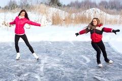 Тренер фигурное катание с подмастерьем практикует на замороженном озере Стоковые Изображения