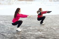 Тренер фигурное катание с подмастерьем практикует на замороженном озере Стоковые Фото