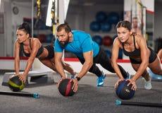 Тренер фитнеса делая разминку с девушками Стоковые Фото