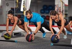 Тренер фитнеса делая разминку с девушками Стоковая Фотография RF