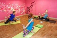 Тренер фитнеса или занятия йогой, женщины делая тренировку Стоковые Фотографии RF
