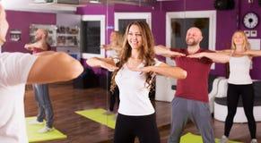 Тренер фитнеса показывая новую тренировку Стоковая Фотография RF
