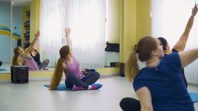 Тренер фитнеса тренируя ее полных клиентов видеоматериал