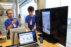 Тренер IPhone 5 в магазине Apple стоковое изображение rf
