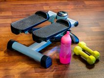 Тренер, stepper, гантель для домашнего фитнеса Стоковая Фотография RF