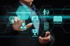 Тренировать концепцию обучения по Интернетуу развития тренировки образовательного бизнеса менторства стоковые фото