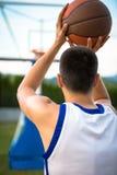 Тренировка баскетболиста на суде концепция о basketbal Стоковая Фотография