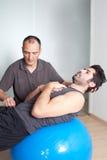 Тренировка баланса с тренером стоковые фото