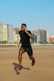 Тренировка бегуна на пляже стоковая фотография rf