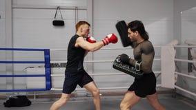Тренировка бойца Muttahida Majlis-E-Amal боксера спортсмена пригонки кавказская сток-видео
