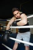 Тренировка боксера в боксерском ринге в сторону смотрящ Стоковая Фотография RF