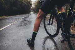 Тренировка велосипедиста на влажной дороге Стоковые Изображения