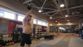 Тренировка веса сильного человека портрета поднимаясь whileodybuilding в крупном плане клуба спортзала стоковое изображение rf