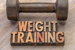 Тренировка веса - сформулируйте конспект в деревянном типе стоковые фото