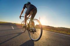 Тренировка велосипеда на дороге стоковая фотография