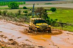 тренировка водителя грязи 4x4 на виллисе лагеря стоковая фотография rf