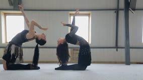 Тренировка восточного танца в классе танцев на зеркале сток-видео