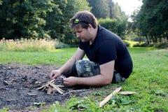 Тренировка выживания молодого человека практикуя Стоковая Фотография
