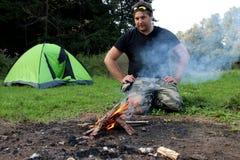 Тренировка выживания молодого человека практикуя Стоковая Фотография RF