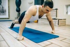 Тренировка в гимнастике стоковые фотографии rf