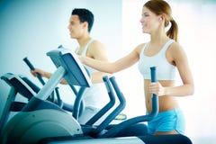 Тренировка в оздоровительном клубе Стоковое Изображение