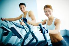 Тренировка в оздоровительном клубе Стоковое Изображение RF