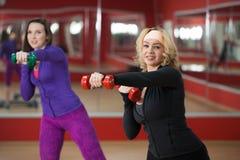 Тренировка в спортзале с гантелями Стоковые Фото