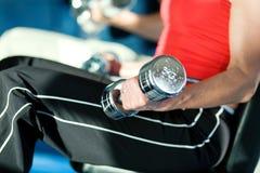 тренировка гантелей Стоковая Фотография RF