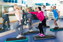 Тренировка группы в спортзале с гантелями Стоковые Фото