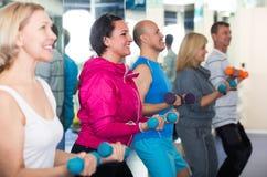 Тренировка группы в спортзале с гантелями Стоковая Фотография