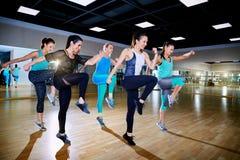 Тренировка группы девушек в спортзале стоковая фотография