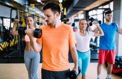 Тренировка группы людей в спортзале стоковые изображения