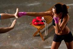 тренировка девушки боя тела Стоковая Фотография