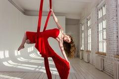 Тренировка девушки на воздушных шелках Стоковая Фотография