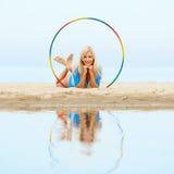 Тренировка девушки на пляже Стоковые Изображения