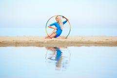 Тренировка девушки на пляже Стоковые Изображения RF