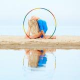Тренировка девушки на пляже Стоковые Фото