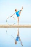 Тренировка девушки на пляже Стоковое Изображение RF