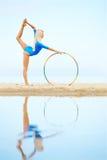 Тренировка девушки на пляже Стоковое Изображение